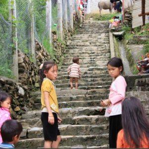Vietnam ethnies du nord escalier écolières, Rémi Perelman Asie21