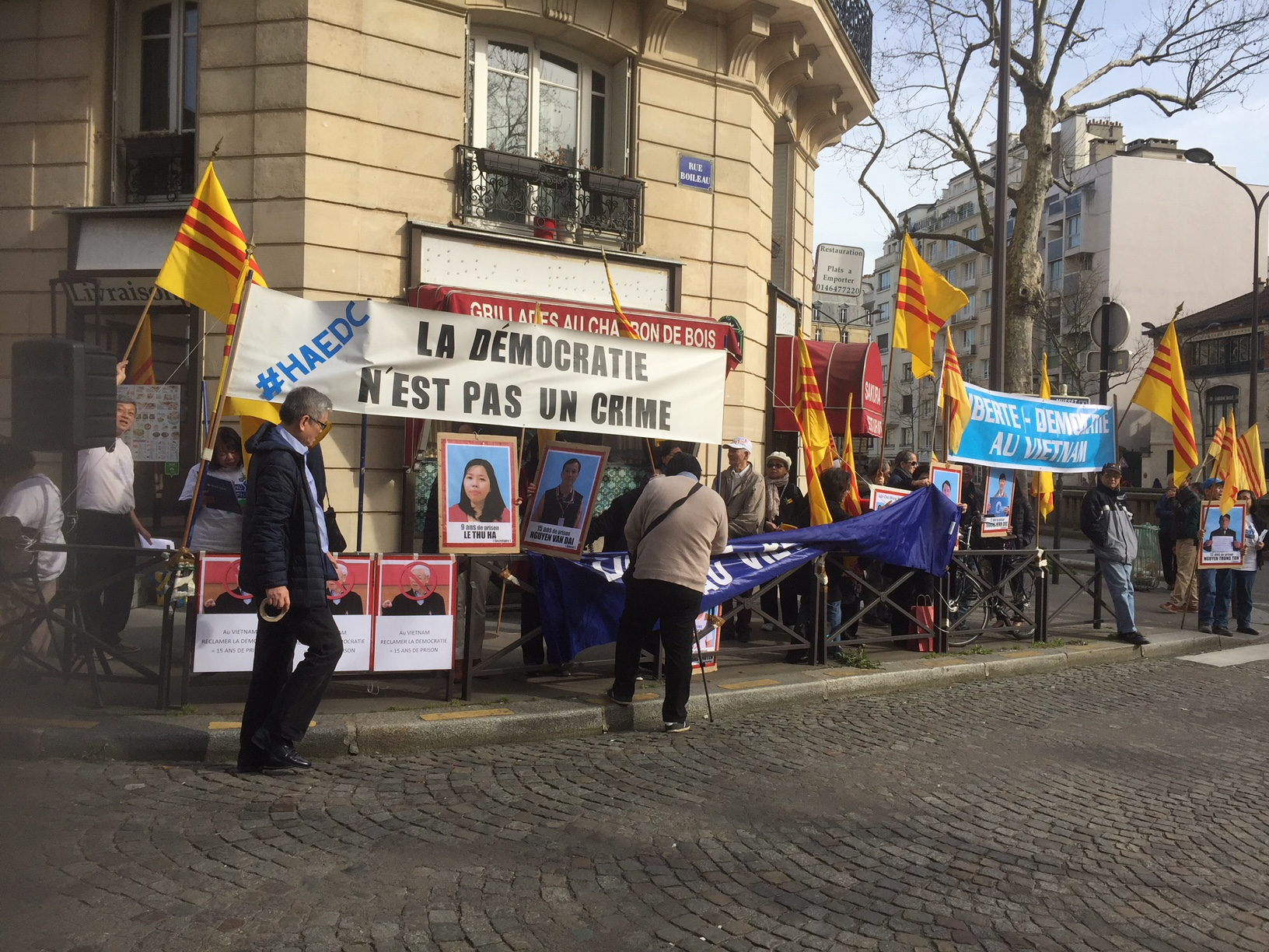 Manifestation devant l'ambassade du Vietnam à Paris, photo CBO, Asie21